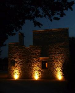 avond, verlichte gevel van villa verde pugllia