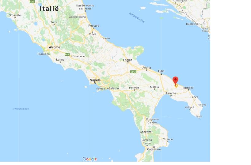 kaart van italie met villa verde puglia aangeduid in de hak van de laars zuid italie