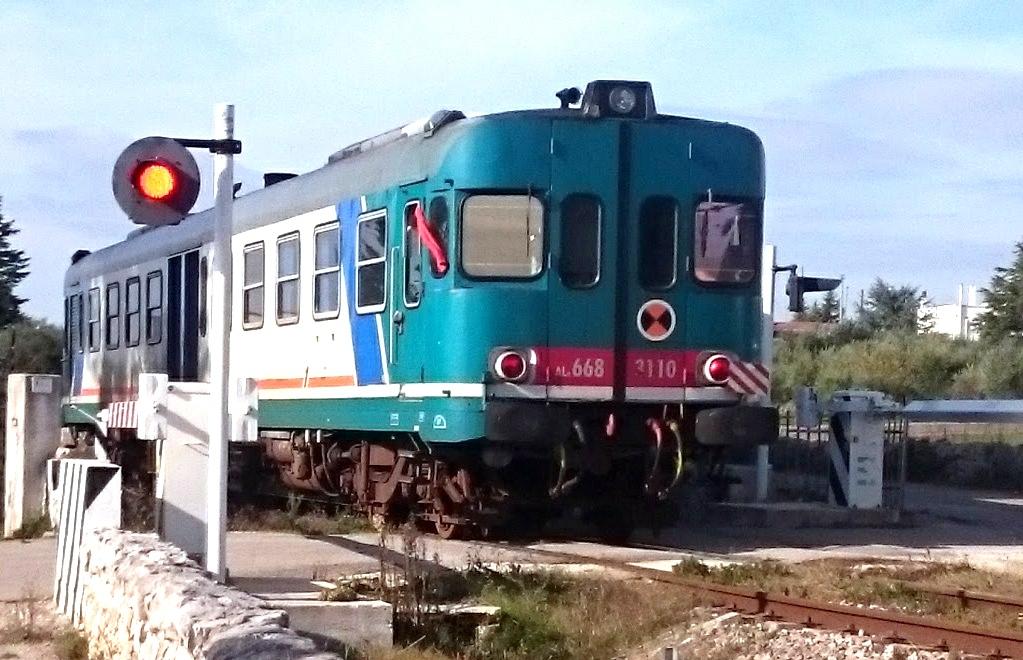 boemel trein Cisternino passeert spoorwegovergang