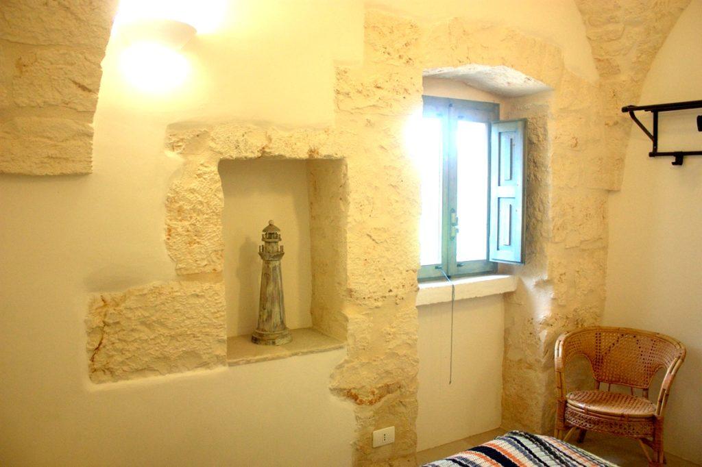 invallende licht door venster in slaapkamer van Stonehouse met decoraties