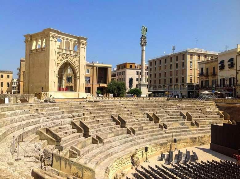 Lecce Amphitheater tegen een strakke blauwe hemel.