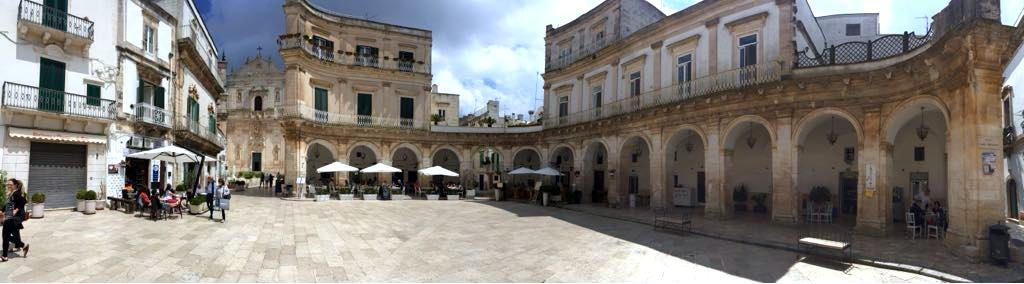 kern van Martina Franca met historisch gebouw en terassen