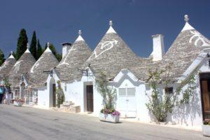 Alberobello de trulli huisjes  een van de vele dorpjes Puglia
