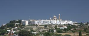 panorama uitzicht op Locorotondo met witte huisjes en een blauwe hemel  een van de vele dorpjes Puglia