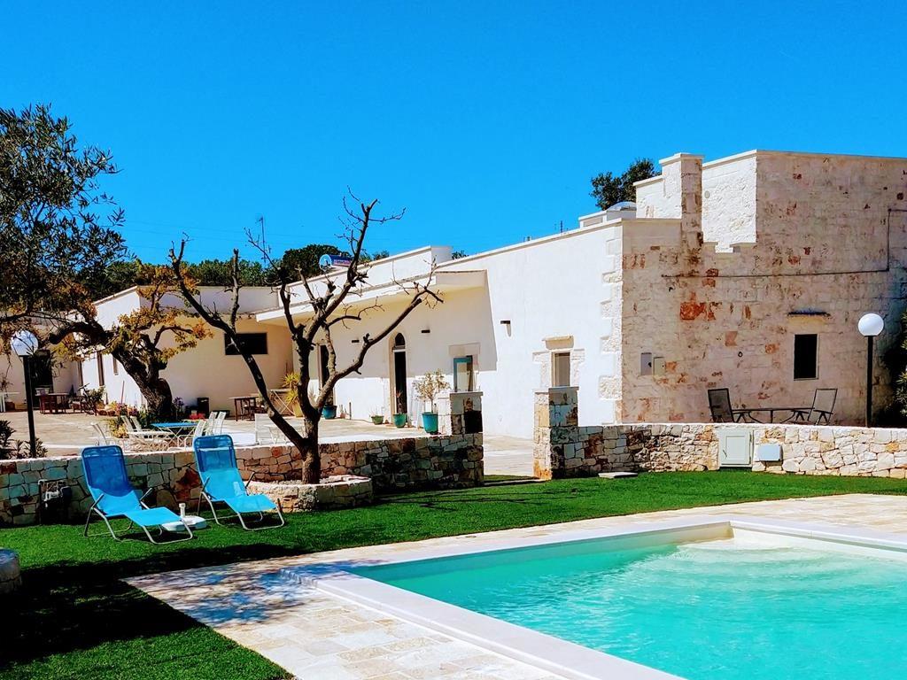 Zwembad met vakantie huis , twee ligbedjes voor het Stonehouse