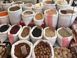 zakken met kruiden en bonen op de markt