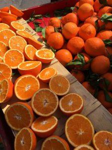 doorgesneden sinaasappelen op een marktkraam