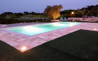 verlicht zwembad in de avonduren
