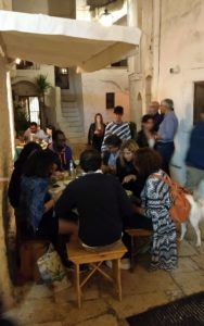 mensen eten iets aan tafeltje in klein steegje