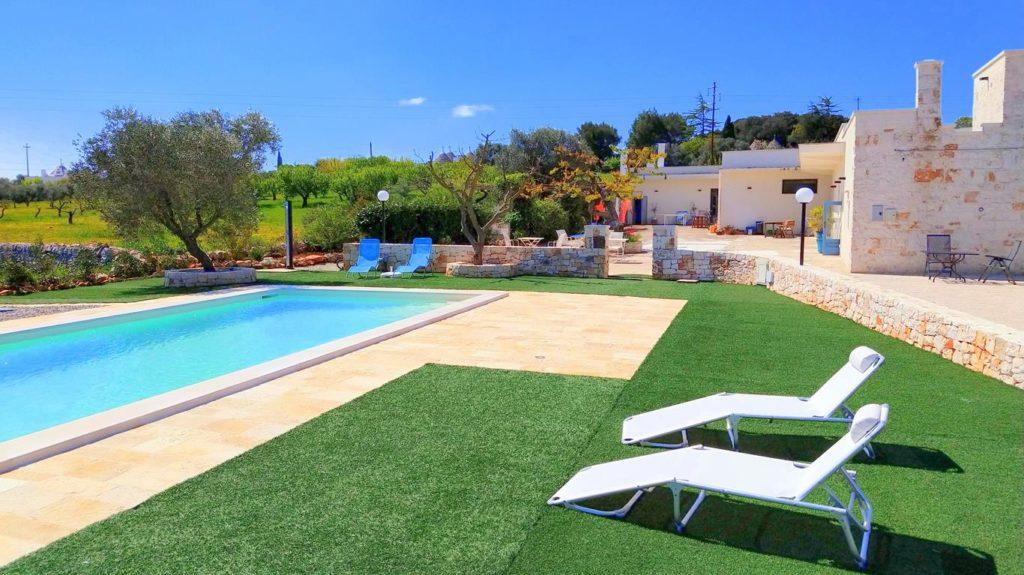 zwembad van villa-verde-puglia, met wijds uitzicht. De ligbedjes staan al klaar.