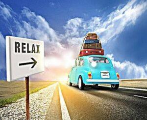 Met de auto en koffers op het dak op weg naar de vakantiebestemming in Puglia