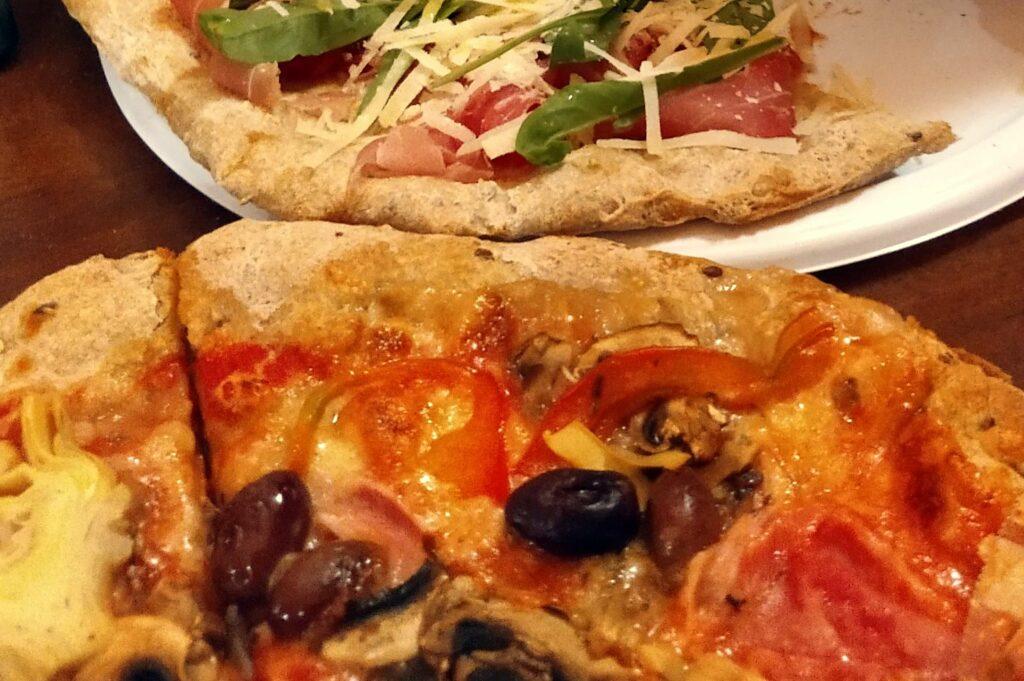 twee stukken pizaa