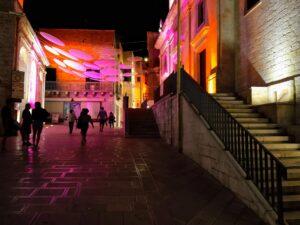 verlichte entree van het dorp met vele kleuren, als onderdeel van de sfeerimpressie in Puglia Cisternino